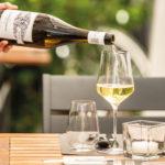 Ein kühler Wein und fantastisches Essen – draußen auf der Terrasse!