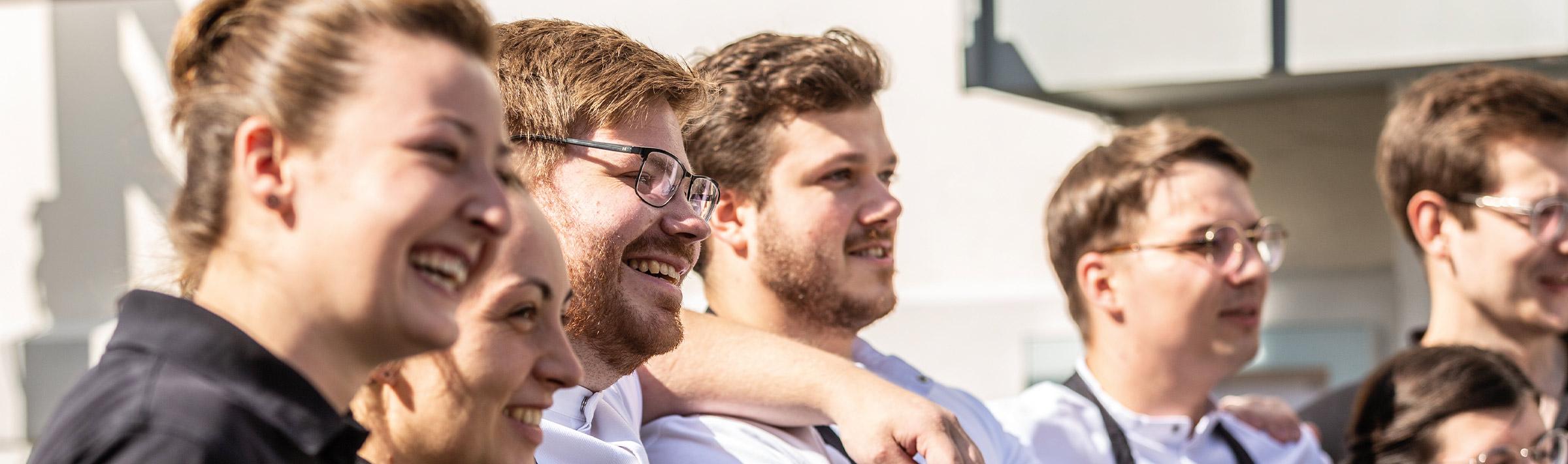 Teamfoto der BOK-Mitarbeiter als Symbolbild: Sommelier/Restaurantfachkraft gesucht