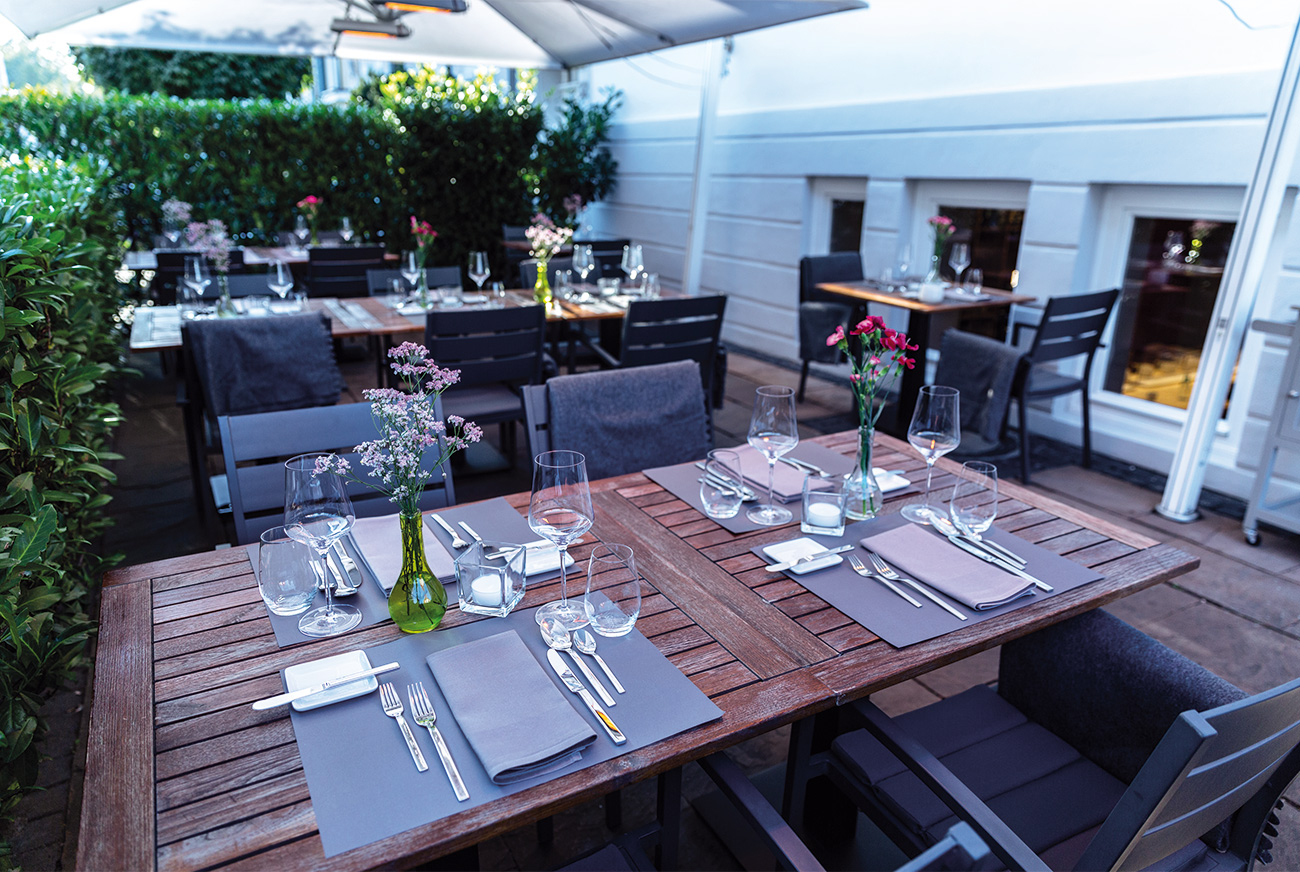 Link zur Bilddatei: brustoderkeule_bok_restaurant_muenster_gourmet_kreuzviertel_team_galeriebild_terrasse_tisch_gedeckt